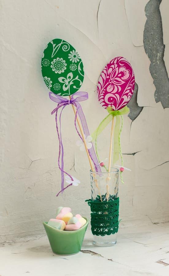 与甜点的复活节静物画在葡萄酒样式 免版税库存图片