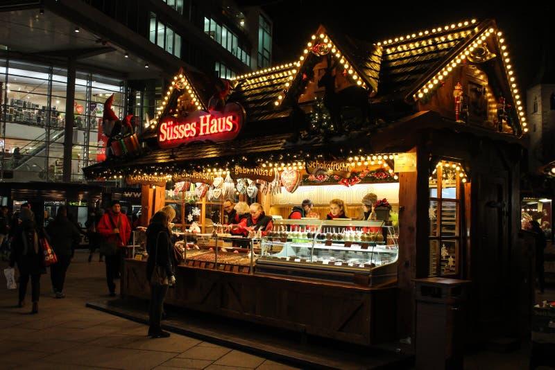 与甜点的德国圣诞节市场摊位 库存照片
