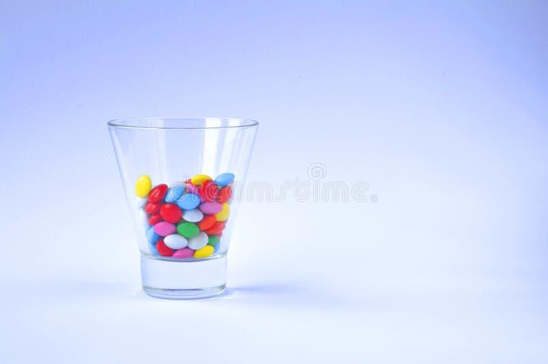 与甜点的玻璃在白色背景 免版税库存图片
