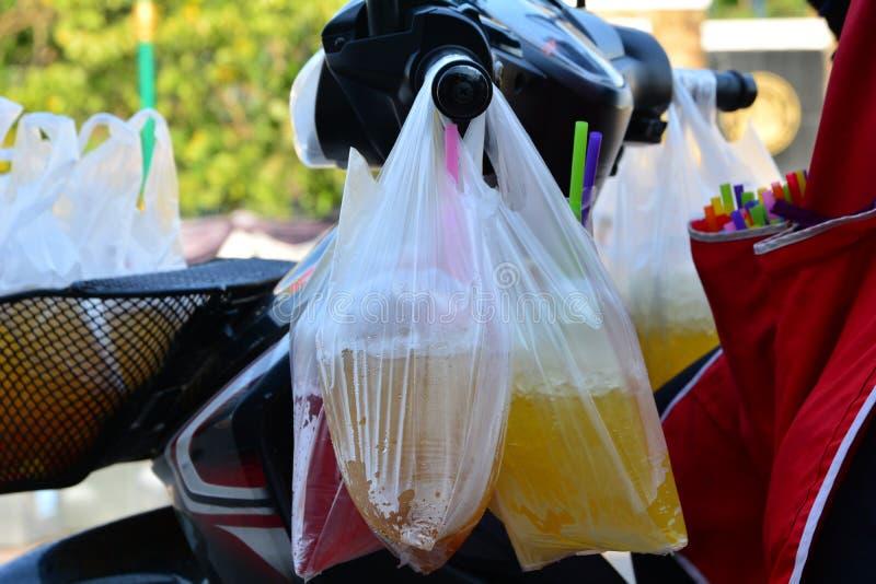 与甜点饮料的塑料袋与冰 免版税库存照片