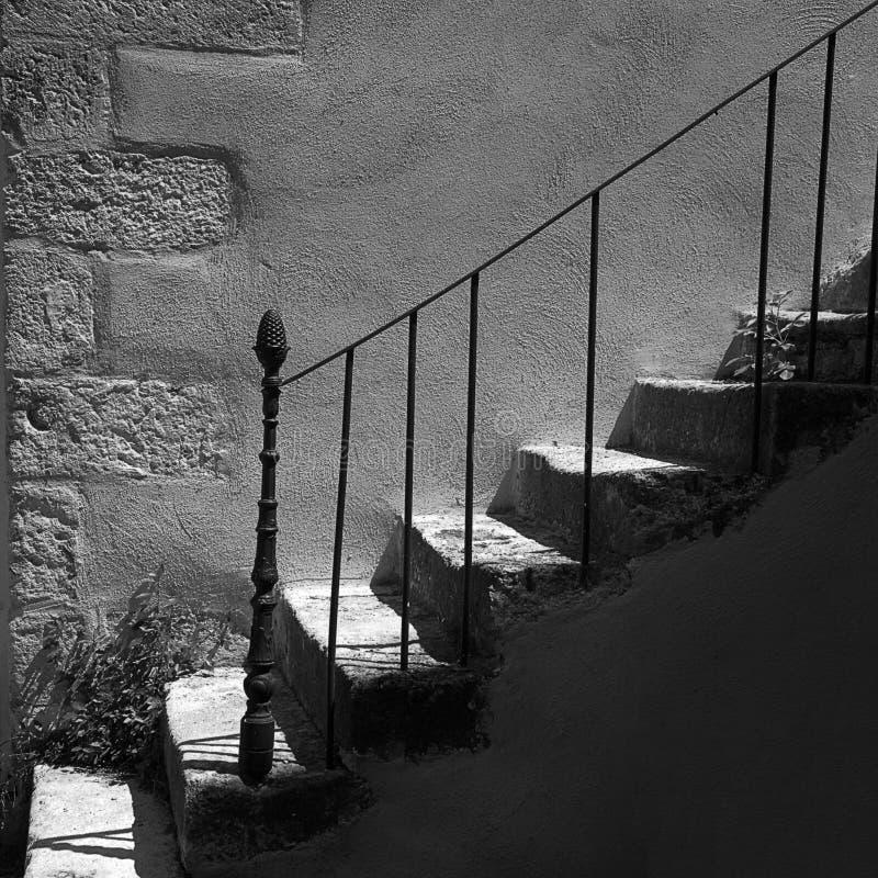 与生铁细长立柱的石楼梯 免版税库存照片