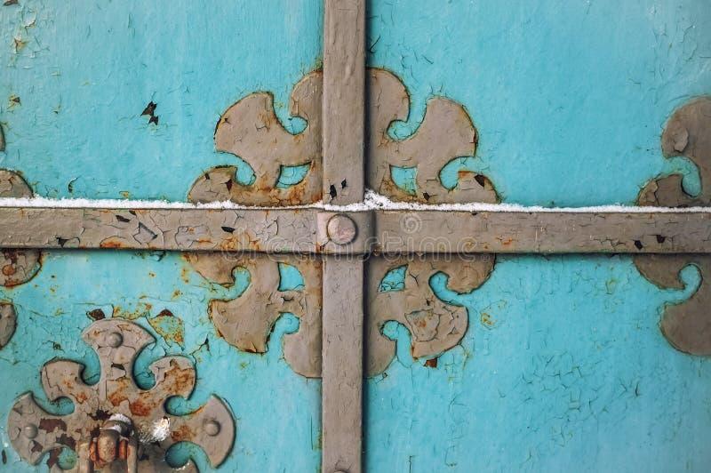 与生锈的伪造的金属元素的抽象蓝色木葡萄酒背景在冬天 免版税库存照片