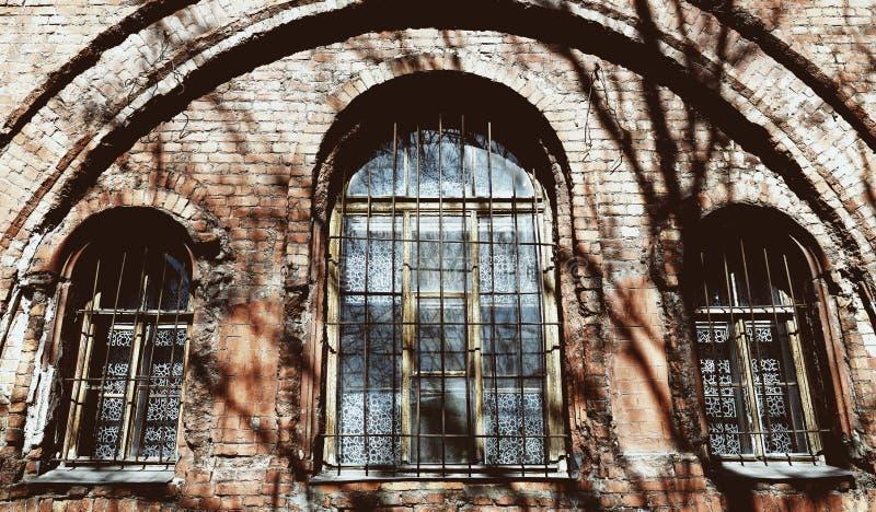 与生锈的酒吧的葡萄酒老窗口 免版税库存图片