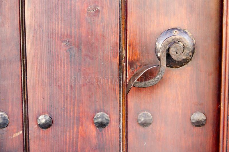 与生锈的针的老木门把手 免版税库存照片