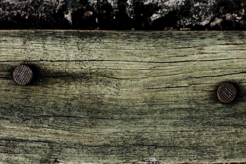 与生锈的钉子的老木头 库存图片