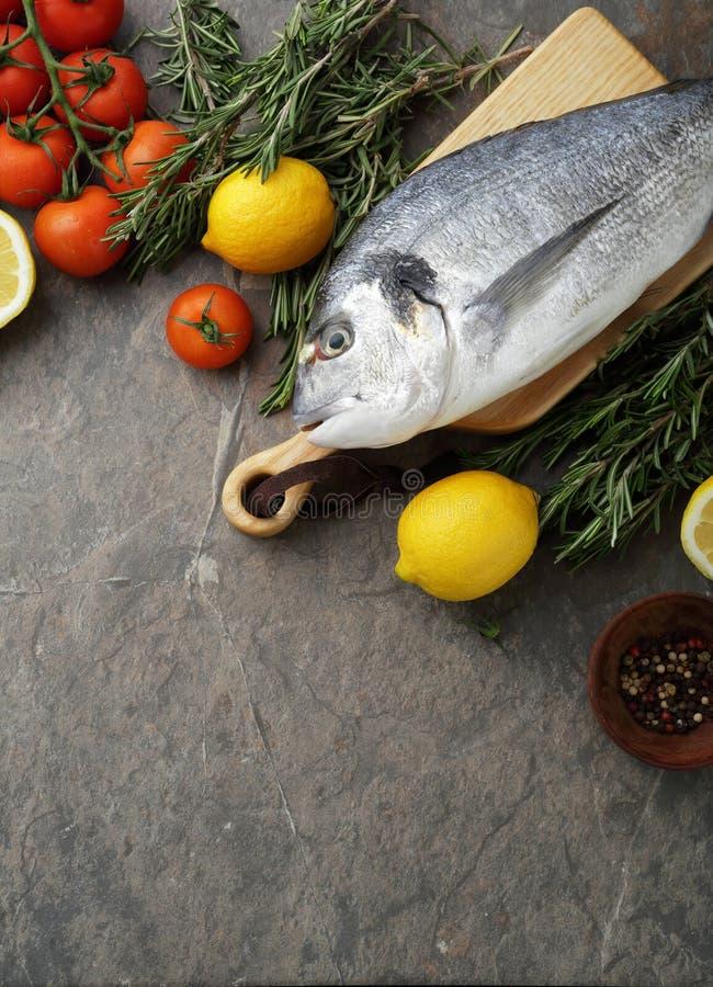与生鱼的食物背景 免版税库存图片