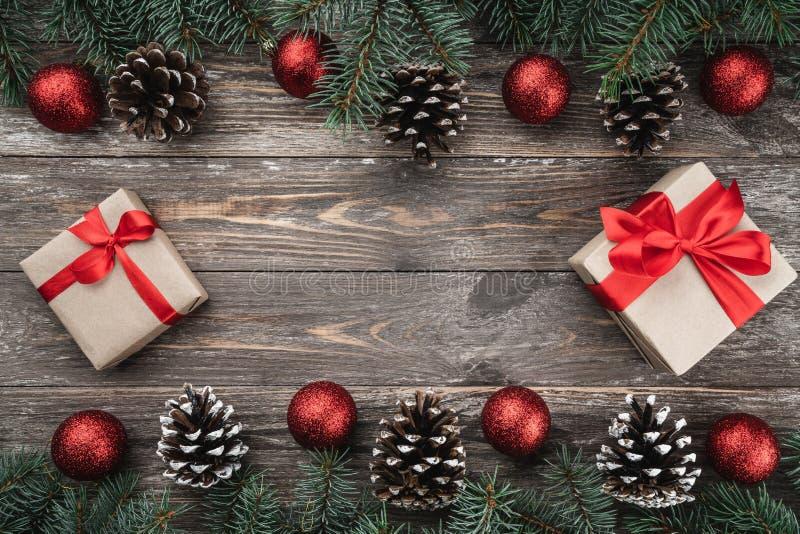 与用中看不中用的物品和锥体装饰的冷杉分支的老木背景 文本的空间 袋子看板卡圣诞节霜klaus ・圣诞老人天空 顶视图 Xmas礼物 库存图片