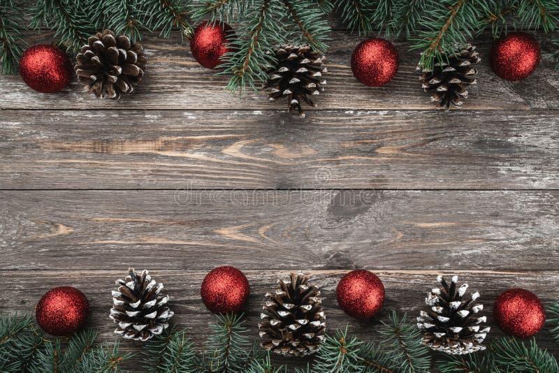 与用中看不中用的物品和锥体装饰的冷杉分支的老木背景 文本的空间 袋子看板卡圣诞节霜klaus ・圣诞老人天空 顶视图 xmas 免版税库存图片