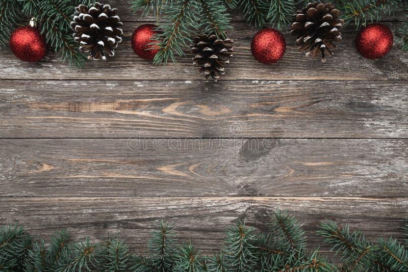 与用中看不中用的物品和锥体装饰的冷杉分支的老木背景 文本的空间 袋子看板卡圣诞节霜klaus ・圣诞老人天空 顶视图 xmas 免版税库存照片