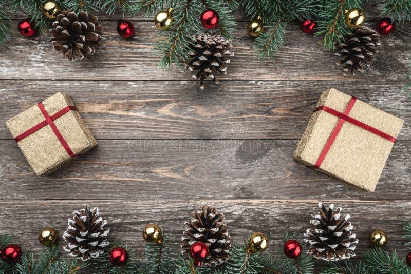 与用中看不中用的物品和锥体装饰的冷杉分支的老木背景 文本的空间 袋子看板卡圣诞节霜klaus ・圣诞老人天空 顶视图 Xmas礼物 免版税库存照片