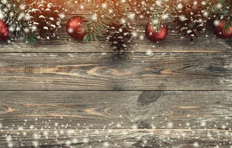 与用中看不中用的物品和锥体装饰的冷杉分支的老木背景 文本的空间 袋子看板卡圣诞节霜klaus ・圣诞老人天空 顶视图 xmas  免版税图库摄影