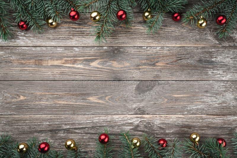与用中看不中用的物品装饰的冷杉分支的老木背景 文本的空间 袋子看板卡圣诞节霜klaus ・圣诞老人天空 顶视图 xmas 图库摄影