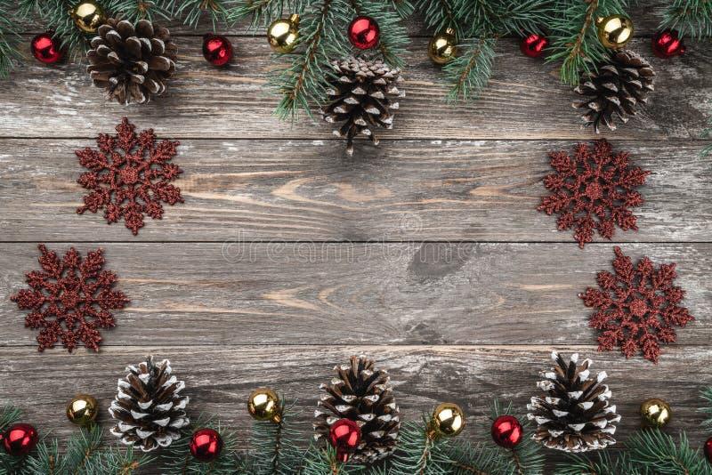 与用锥体装饰的冷杉分支的老木背景 文本的空间 袋子看板卡圣诞节霜klaus ・圣诞老人天空 顶视图 Xmas假日项目 免版税图库摄影