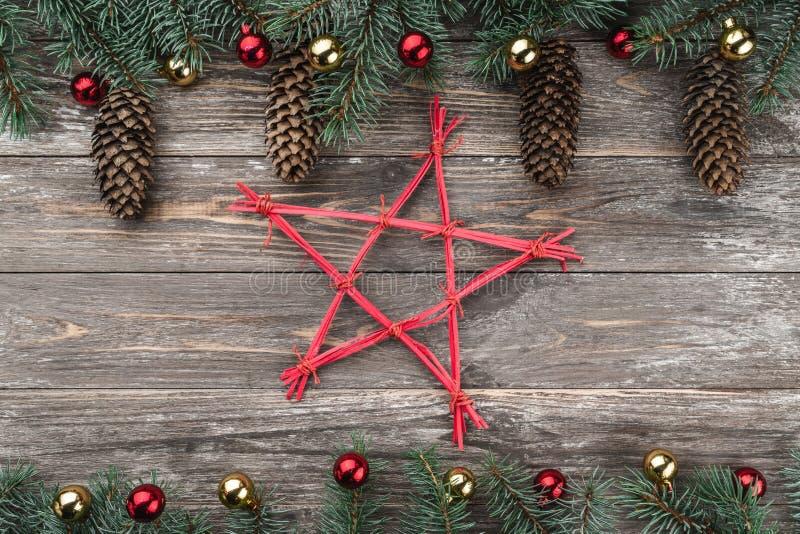 与用锥体装饰的冷杉分支的老木背景 文本的空间 袋子看板卡圣诞节霜klaus ・圣诞老人天空 顶视图 Xmas假日项目 库存图片