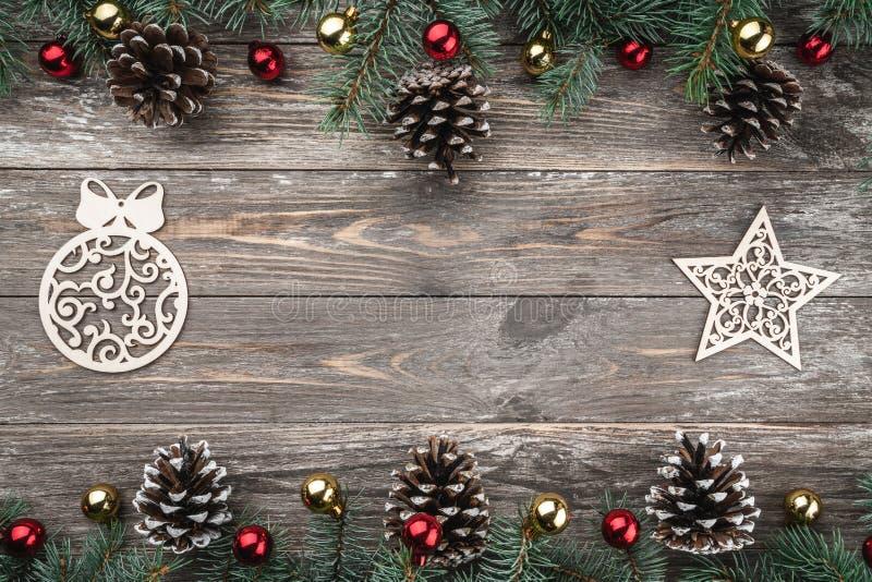 与用锥体装饰的冷杉分支的老木背景 文本的空间 袋子看板卡圣诞节霜klaus ・圣诞老人天空 顶视图 Xmas假日项目 免版税库存照片