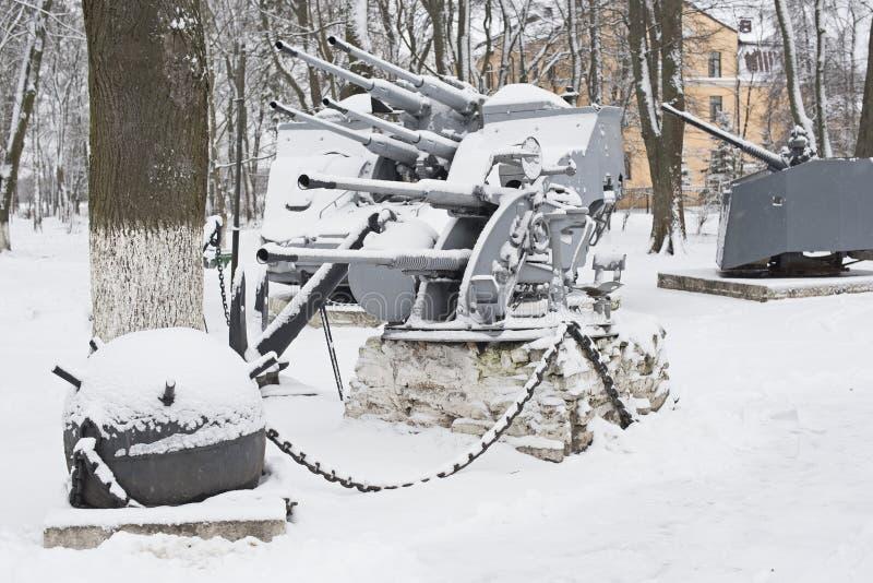 与用雪盖的海军火炮和海矿的纪念碑 库存照片