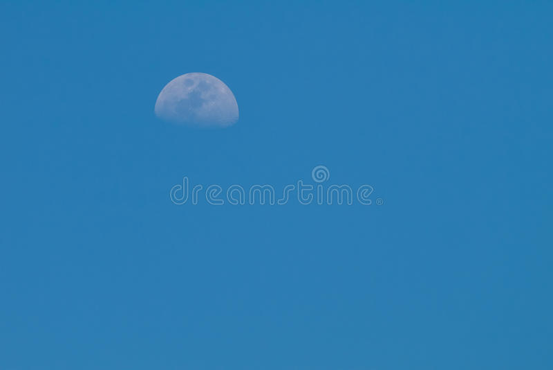 与甲晕的清楚的蓝天 免版税库存照片