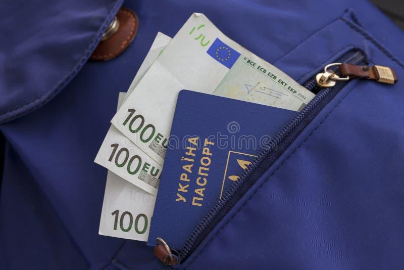 与电子芯片id的一本新的生物统计的乌克兰护照 释放旅行到欧洲,不用签证 与欧洲货币的文件我 库存图片