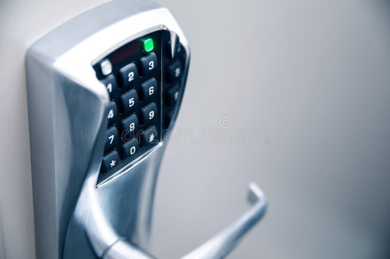 与电子锁的门把手 免版税图库摄影