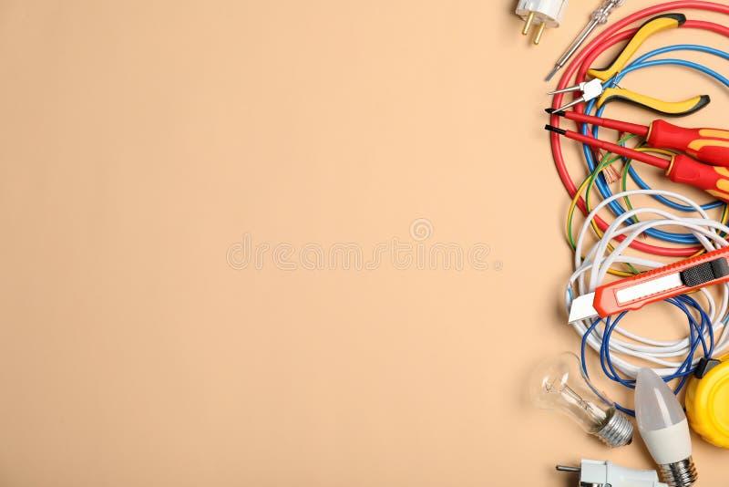 与电工的工具的平的被放置的构成和空间为文本 免版税图库摄影