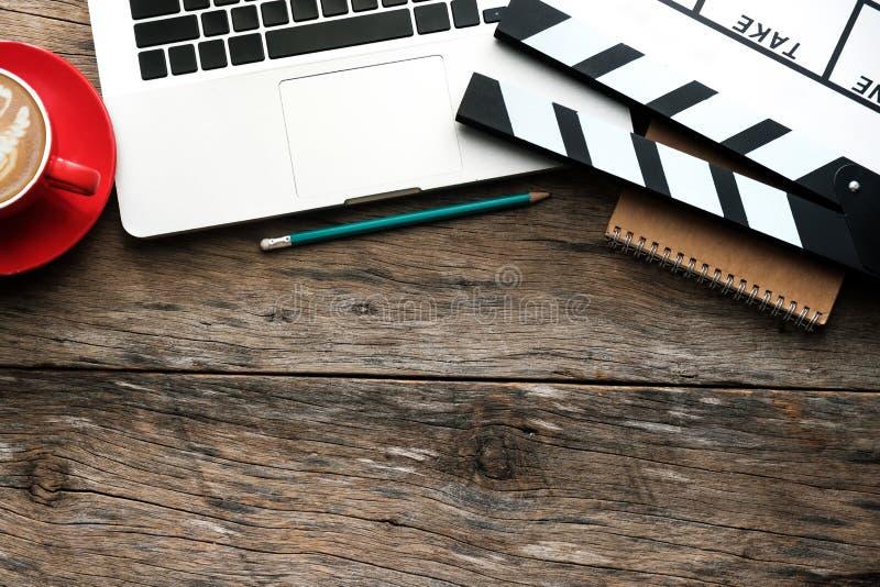 与电影拍板膝上型计算机,片剂的办公室材料, 库存图片