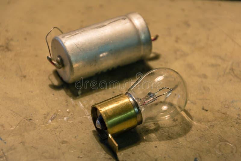 与电池的电灯泡 电子时间 图库摄影