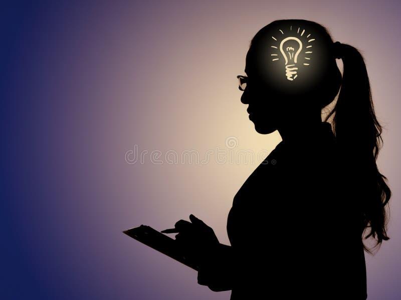 与电灯泡和妇女的明亮的想法概念 免版税库存图片