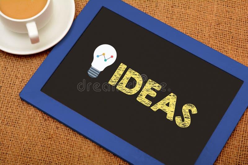 与电灯泡象的想法在黑板板岩 库存照片