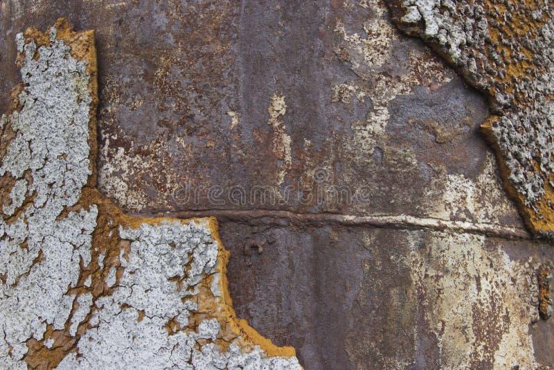 与电焊缝的生锈的金属背景 免版税库存照片