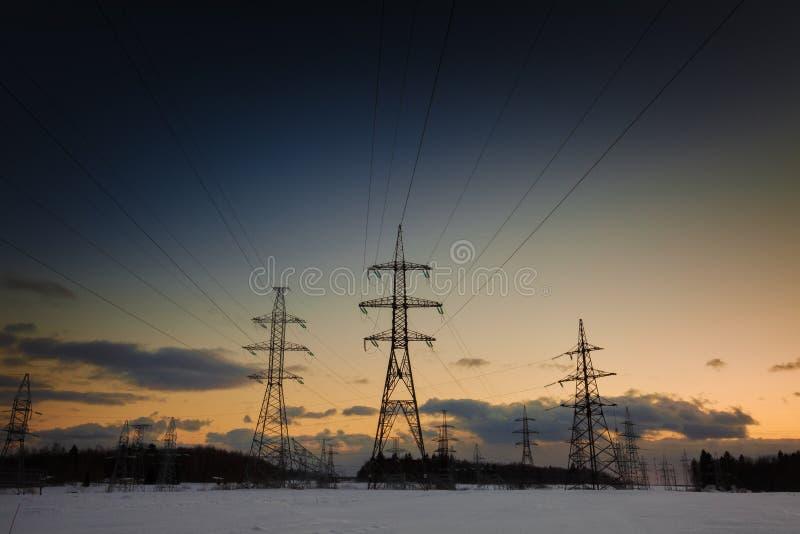 与电线的冬天风景在日落 库存照片