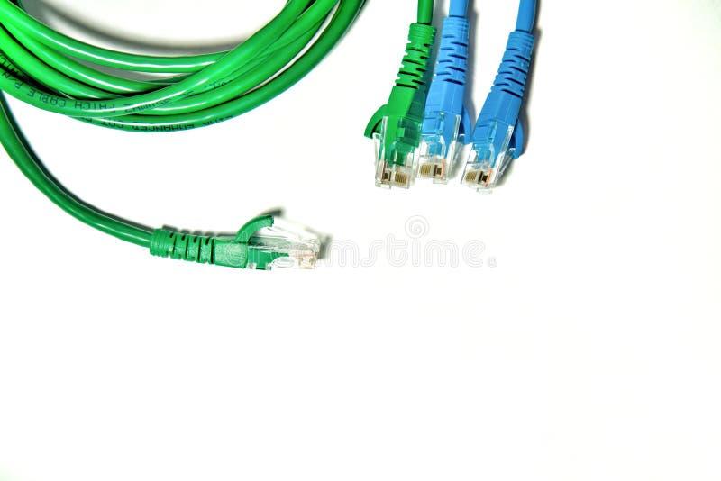 与电缆扎匝和缆绳皮带的蓝色和绿色LAN缆绳 免版税库存照片