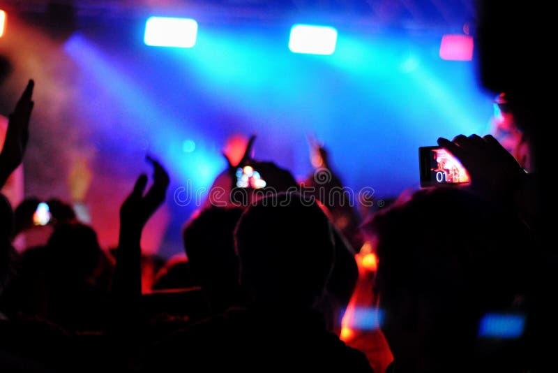 Download 与电话的音乐迷 库存图片. 图片 包括有 音乐, 技术支持, 移动, 性能, 记录, 通信, 夜生活, 电信 - 62536969