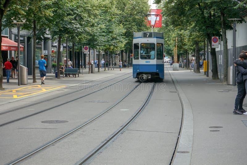 与电车和人的街道场面Bahnhofstrasse的在瑞士苏黎士, 17 06 2018年 免版税图库摄影