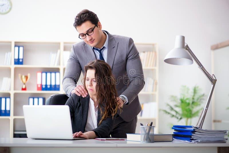 与男人和妇女的性骚扰概念在办公室 免版税库存图片