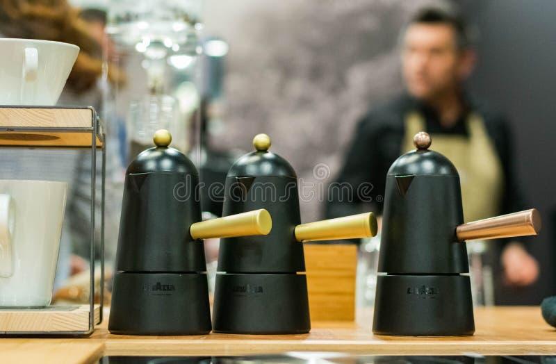 与男服务员的意大利样式咖啡壶在背景中 图库摄影