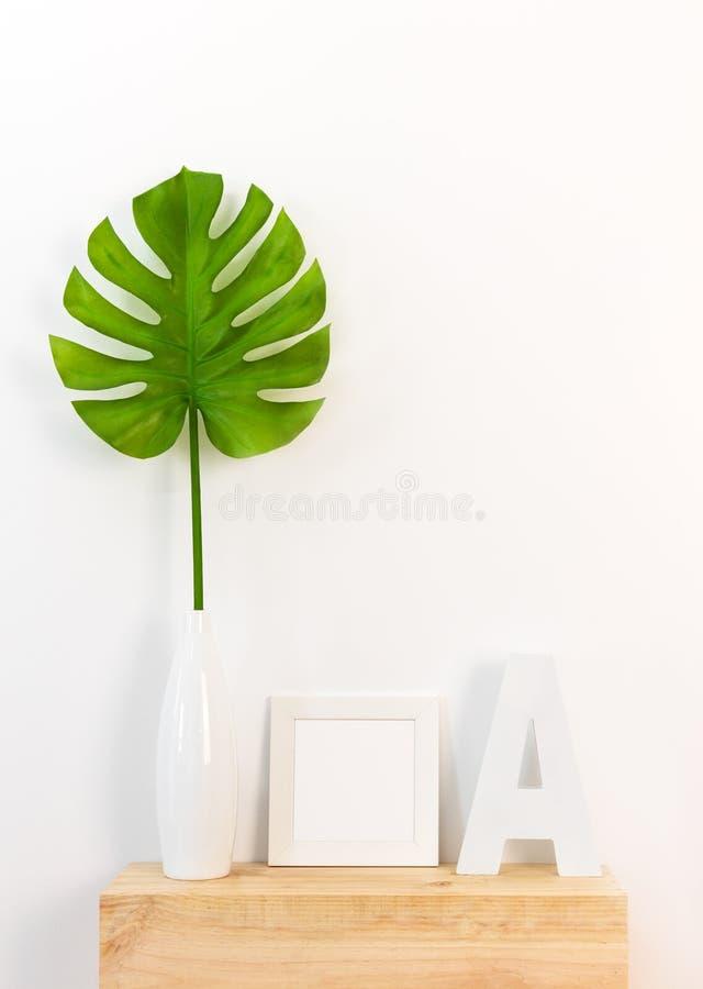 与画框和热带叶子的典雅的家庭装饰 免版税库存照片