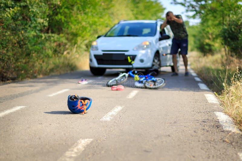 与疏散对象和自行车盔甲的车祸在路 库存照片
