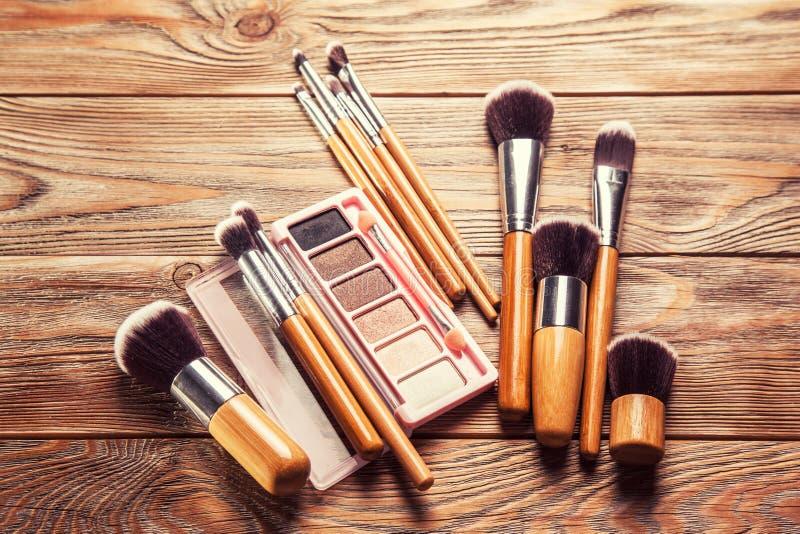 与疏散的化妆用品的刷子混乱 免版税库存图片