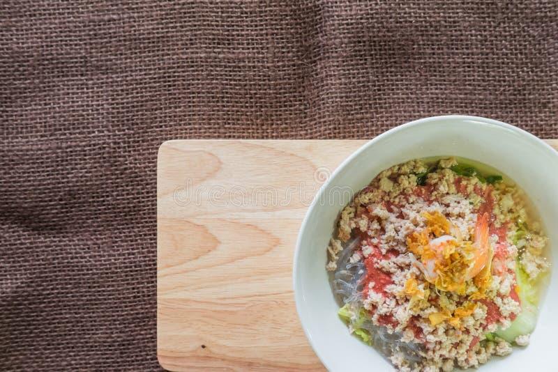 与痘疱的泰国烹调Sukiyaki在木背景和空间f 免版税库存照片