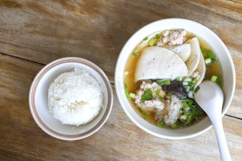 与痘疱,痘疱棍子,蘑菇的顶视图汤,菜在近白色碗有米在木桌上的小碗 r 库存图片