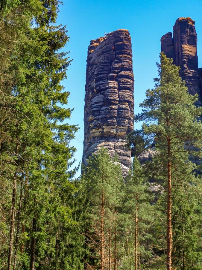 与登山家的岩层 免版税图库摄影
