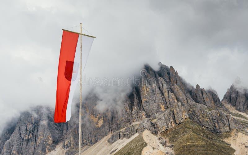 与白云岩的女低音Adiga/南部蒂罗尔,意大利旗子在背景中晃动 库存图片