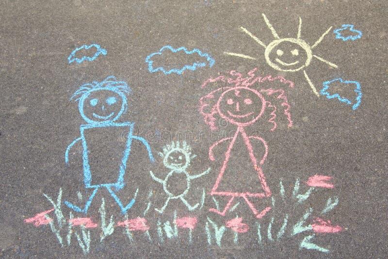 与白垩在沥青,幸福家庭的儿童的图画:爸爸、妈妈和婴孩户外 库存照片