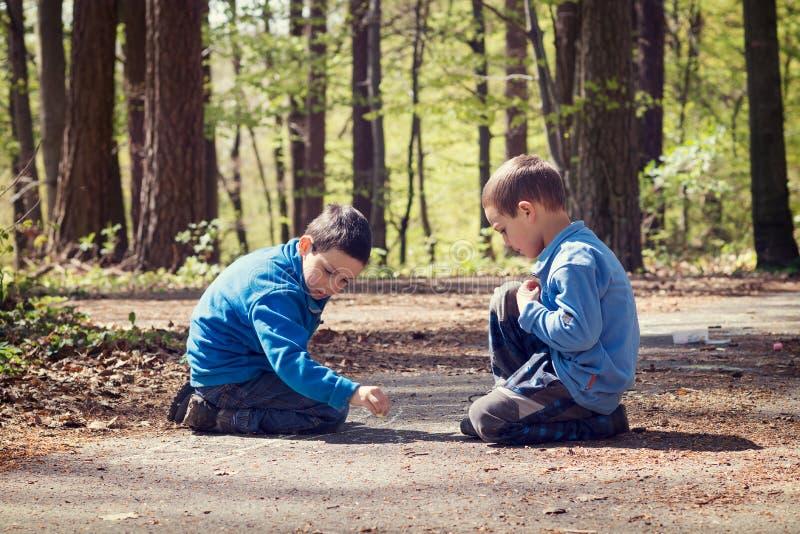 画与白垩的孩子在公园 免版税库存图片