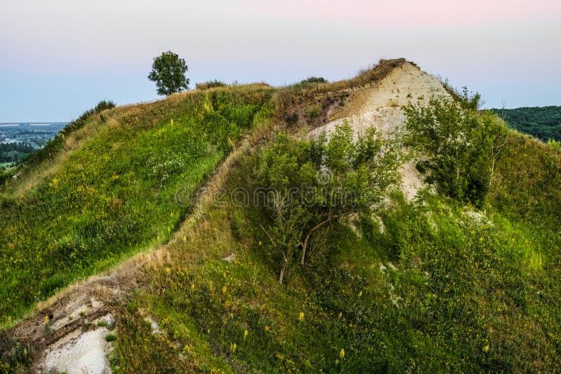 与白垩露出的古老白垩纪长满的高小山  库存照片