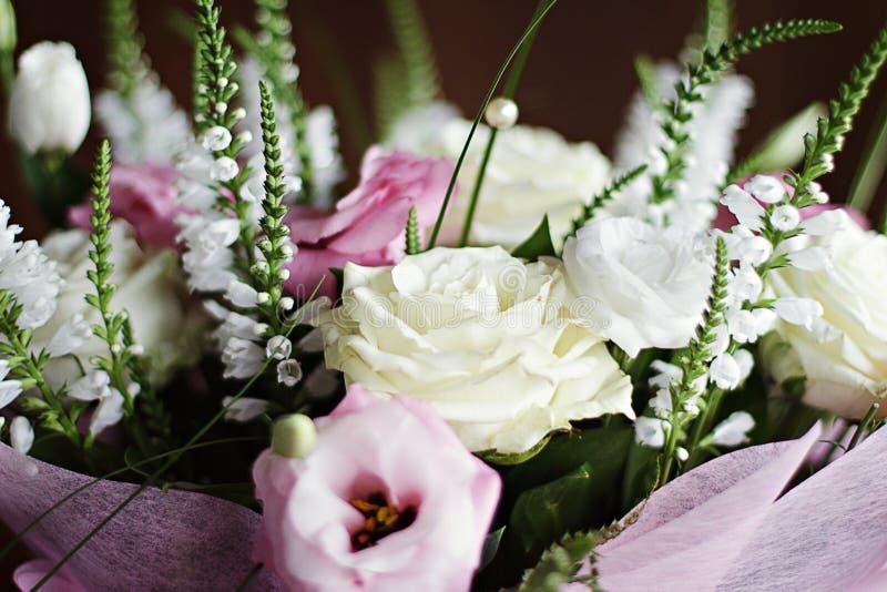 与白玫瑰和桃红色EU的精美美丽的婚礼花束 图库摄影