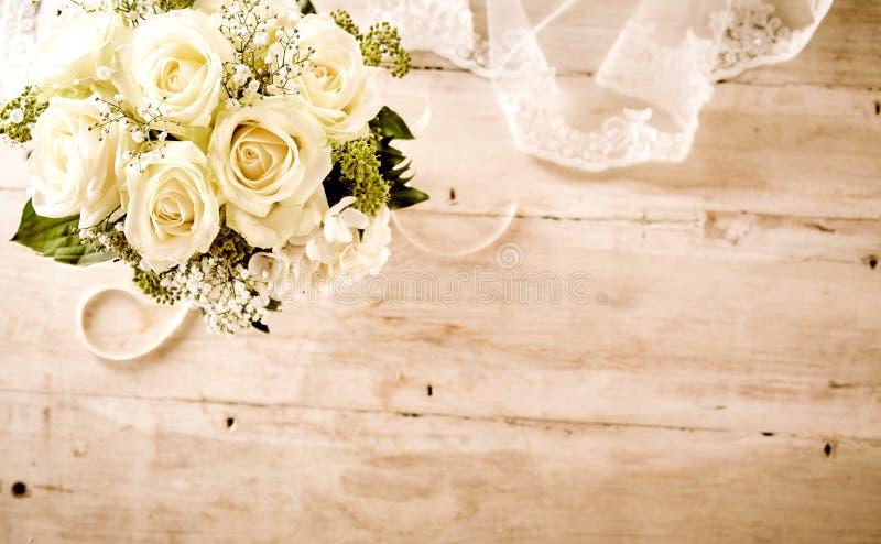 与白玫瑰和鞋带面纱的新娘花束 免版税库存照片
