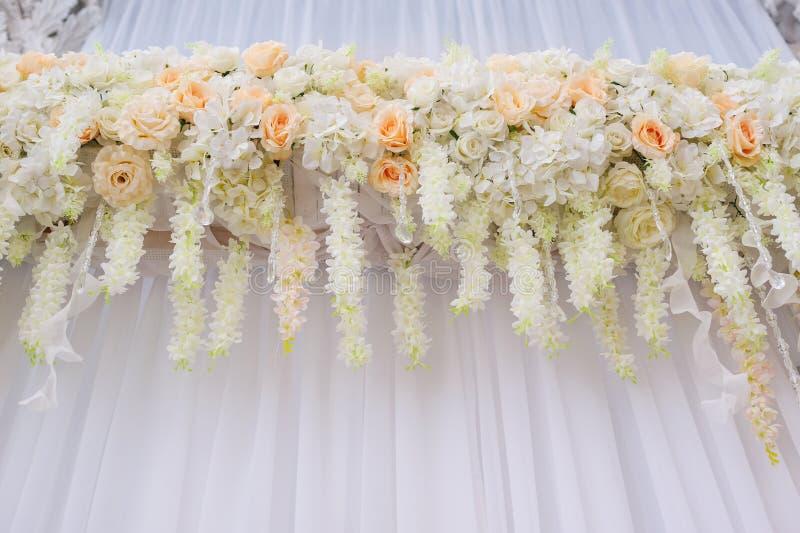 与白玫瑰的美丽的曲拱婚礼的 库存图片