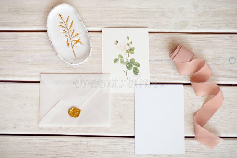 与白纸卡片和玉树杨属分支的女性婚姻的桌面大模型在白色破旧的桌背景 免版税库存图片