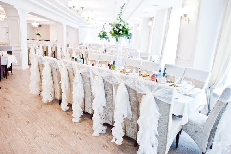 与白色丝带的婚礼椅子在招待会 免版税库存照片